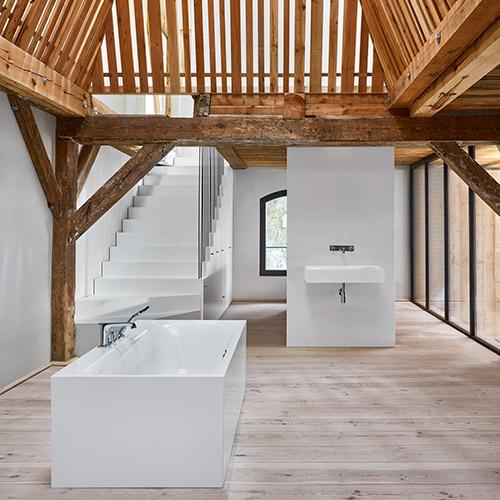 Freistehende Badewanne und Waschbecken der BetteLux-Linie