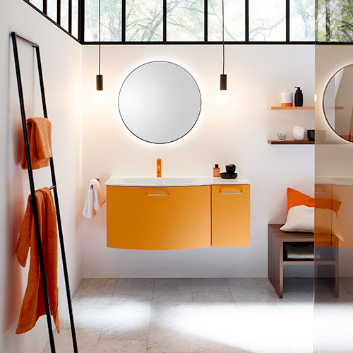 Moderne Badezimmer in bunten Farben helfen auch der Umwelt durch sparsame Technik.