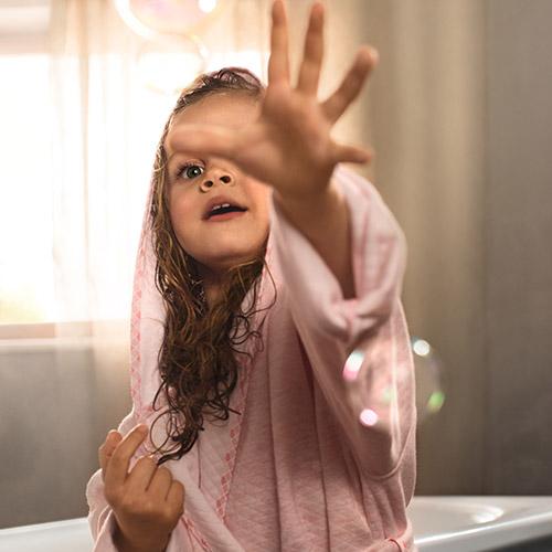 Mädchen im rosa Bademantel nach dem Bad
