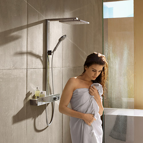 Frau nach dem Duschen unter der hansgrohe Raindance