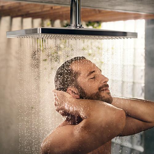 Mann duscht unter der hansgrohe Dusche mit Genuß